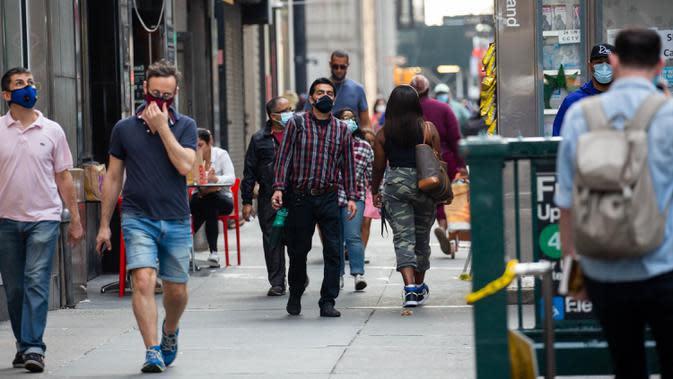 Para pejalan kaki yang memakai masker berjalan di sepanjang Broadway, New York, Amerika Serikat, 25 September 2020. Hingga 25 September 2020, sebanyak 7.005.746 orang di Amerika Serikat terinfeksi COVID-19, dengan 203.240 orang meninggal dunia. (Xinhua/Michael Nagle)