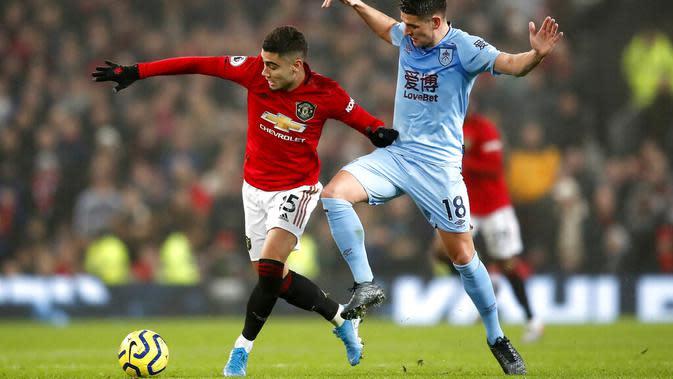 Pemain Manchester United, Andreas Pereira, berebut bola dengan pemain Burnley, Ashley Westwood, pada laga Premier League di Stadion Old Trafford, Kamis (23/1/2020). Manchester United takluk 0-2 dari Burnley. (AP/Martin Rickett)
