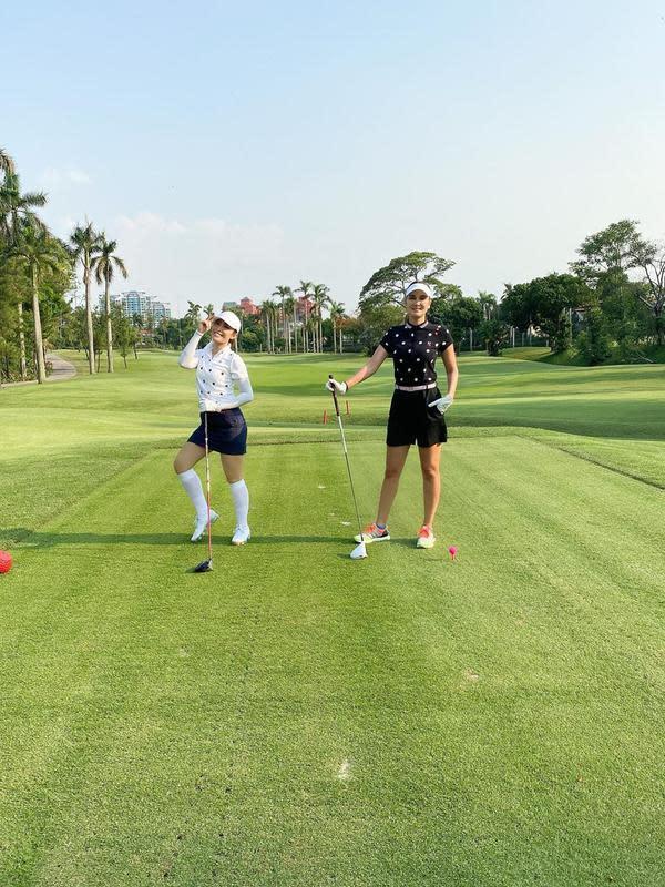 Luna Maya bermain golf (Instagram/lunamaya)