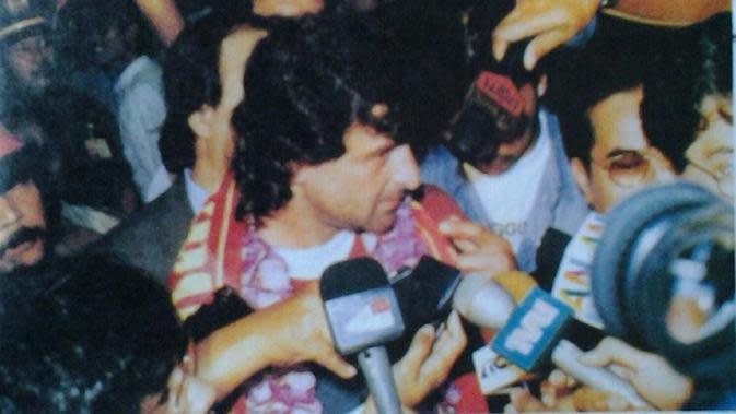 Mario Kempes saat tiba di Indonesia. (Dok. Repro GO)