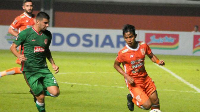 Bek kiri BorneoFC, Abdul Rahman (kanan), berduel dengan gelandang PSS, Brian Ferreira, dalam Piala Presiden 2019 di Stadion Maguwoharjo, Sleman. (Bola.com/Vincentius Atmaja)