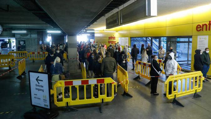 Orang-orang antre memasuki toko Ikea pada hari pembukaannya kembali setelah pelonggaran lockdown secara bertahap di Brussel, Senin (11/5/2020). Warga Belgia rela mengantre selama beberapa jam sebelum toko dibuka untuk berbelanja pertama kalinya sejak lockdown pada Maret lalu (THIERRY ROGE/BELGA/AFP)