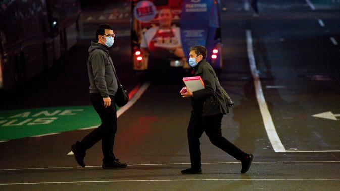 Dua orang yang mengenakan masker melintas di jalan Kota Auckland, Selandia Baru, Rabu (12/8/2020). Kota terbesar di Selandia Baru ini pada 12 Agustus 2020 kembali memberlakukan Siaga COVID-19 Level 3 selama tiga hari setelah empat kasus terkonfirmasi pada 11 Agustus 2020. (Xinhua/Li Qiaoqiao)