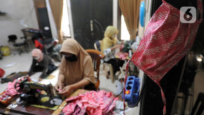 Ibu-ibu PKK membuat masker kain di Desa Bojongkulur, Gunung Putri, Bogor, Jawa Barat, Kamis (9/4/2020). Kegiatan yang sudah berjalan sekitar sepekan ini melibatkan ratusan ibu-ibu PKK dengan sumber dana berasal dari kas desa dan sumbangan mandiri warga. (merdeka.com/Arie Basuki)