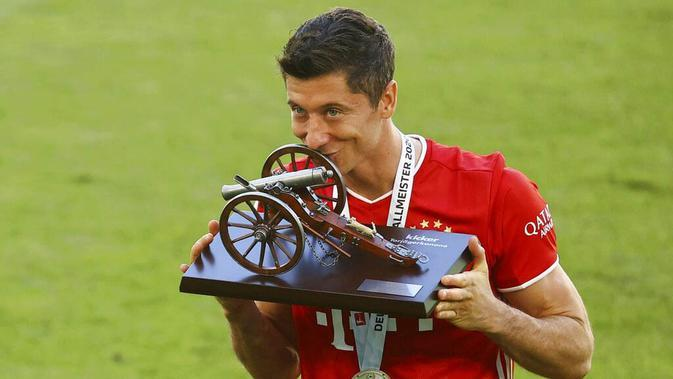 Striker Bayern Munchen, Robert Lewandowski, mengukuhkan diri sebagai raja gol Bundesliga musim 2019-20. (AP/Kai Pfaffenbach)
