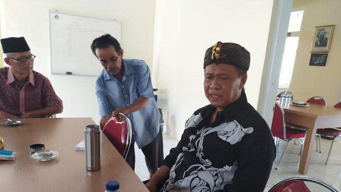 Tokoh SundaAnton Charliyan, saat memberikan penjelasan kepada sejumlah wartawan di Tasikmalaya, Jawa Barat (LIputan6.com/Jayadi Supriadin)