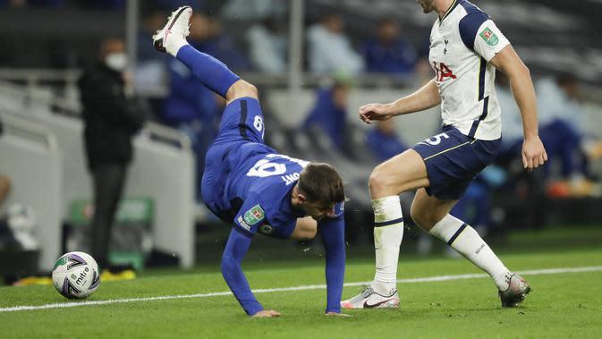 Mason Mount (Chelsea), dihadang Eric Dier dari Tottenham pada pertandingan sepak bola putaran keempat Piala Liga Inggris antara Tottenham Hotspur dan Chelsea di Stadion Tottenham Hotspur di London, Inggris, Selasa, 29 September 2020. (Matt Dunham / Pool v