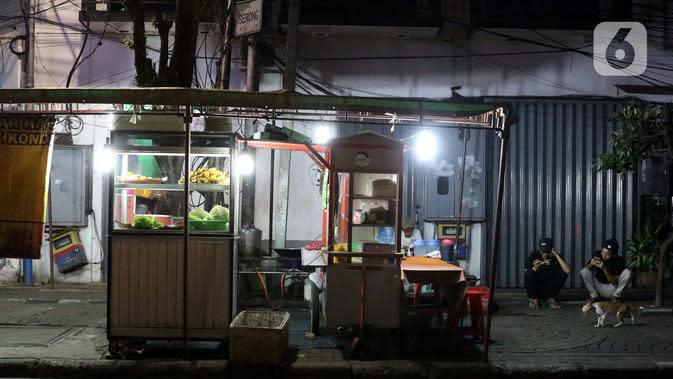 Suasana lapak salah satu pedagang di Jalan H. Agus Salim atau kawasan Sabang, Jakarta, Selasa (7/4/2020). Pemprov DKI Jakarta bakal menetapkan status Pembatasan Sosial Berskala Besar (PSBB) per Jumat, 10 April 2020 mendatang. (Liputan6.com/Helmi Fithriansyah)