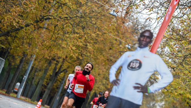 Para pelari berkompetisi dalam Vienna City Marathon (VCM) Tribute to Eliud - Vienna Race di Wina, Austria (12/10/2020). VCM menggelar sebuah acara tahun ini untuk merayakan hari jadinya yang pertama. (Xinhua/Guo Chen)