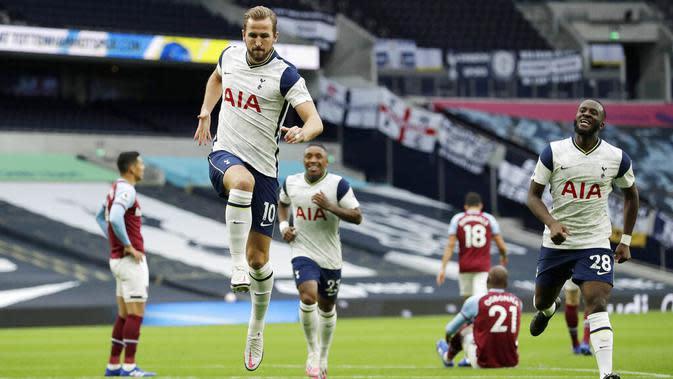 Striker Tottenham Hotspur, Harry Kane, melakukan selebrasi usai mencetak gol ke gawang West Ham United pada laga Liga Inggris Senin (19/10/2020). Kedua tim bermain imbang 3-3. (AP/Matt Dunham, Pool)