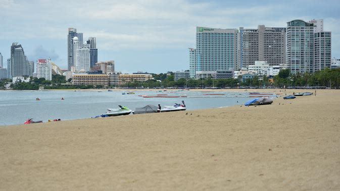 Suasana Pantai Pattaya di Provinsi Chonburi, Thailand (15/9/2020). Dengan ditutupnya zona udara dan perbatasan, perekonomian Thailand menderita sejak Maret akibat kurangnya arus kas dari industri pariwisata. (Xinhua/Rachen Sageamsak)