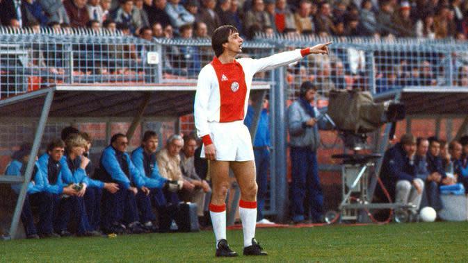 Johan Cruyff, egenda sepak bola dunia satu ini memulai karier di Ajax Amsterdam pada periode 1964 hingga 1973 sebelum akhirnya pindah ke Barcelona. Menorehkan catatan fantastis 190 gol dalam 240 penampilan bersama de Amsterdammers. (AFP/Cor Mulder)