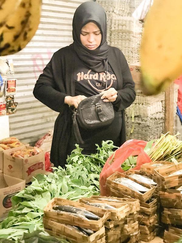 Ke pasar tradisional setiap pagi, menjadi rutinitas baru Tantri Syalindri Ichlasari saat memutuskan cuti hamil. (Instagram/tantrisyalindri)