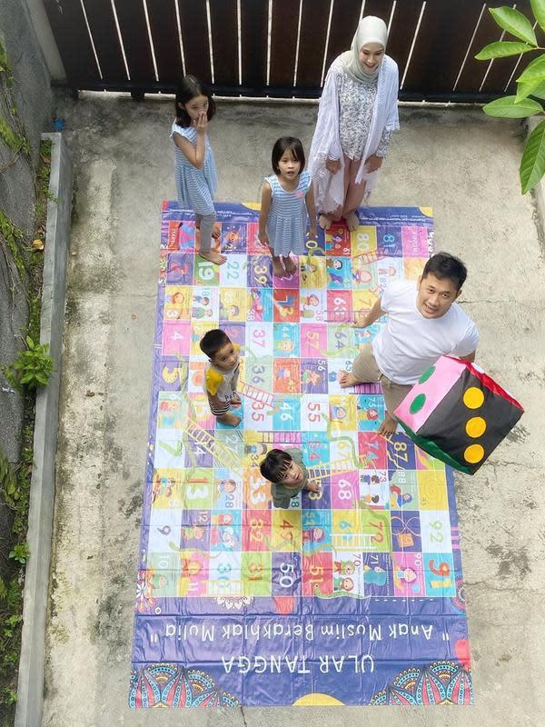 Hanung dan Zaskia terlihat mendampingi anak-anaknya bermain ular tangga. Menurutnya, anak-anak sangat antusias dengan permainan tersebut. (Instagram/zaskiadyamecca)