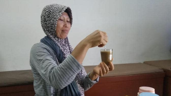 Minuman jamu dari ramuan rempah-rempah tradisional dipercaya bisa meningkatkan imun tubuh dan mencegah penularan Corona Covid-19 oleh warga Palembang (Liputan6.com / Nefri Inge)