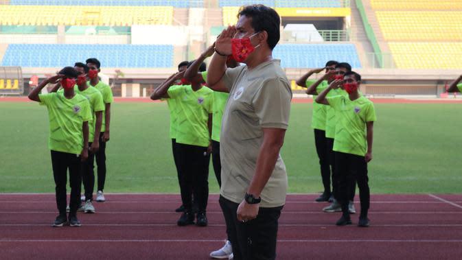 Pelatih Timnas Indonesia U-16 Bima Sakti mengikuti upacara kemerdekaan ke-75 Republik Indonesia, Senin (17/8/2020). (PSSI)