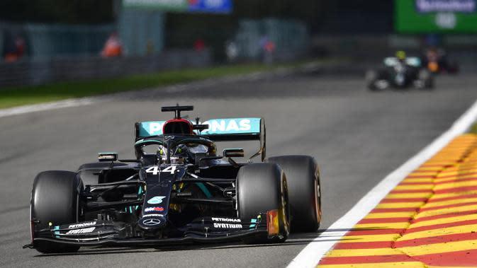 Pembalap Mercedes Lewis Hamilton mengemudikan mobilnya selama Formula 1 Grand Prix di Spa-Francorchamps, Spa, Belgia, Minggu (30/8/2020). Lewis Hamilton menempati posisi pertama disusul pembalap Mercedes Valtteri Bottas serta pembalap Red Bull Max Verstappen. (John Thys, Pool via AP)