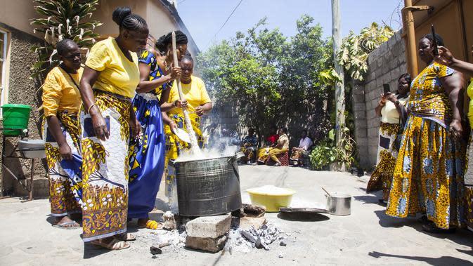 Anggota keluarga mempelai wanita menyiapkan makanan dalam upacara Icilanga Mulilo di Lusaka, ibu kota Zambia (5/9/2020/). Icilanga Mulilo, merupakan upacara sebelum pernikahan di mana mempelai pria disajikan makanan yang disiapkan oleh keluarga mempelai wanita. (Xinhua/Martin Mbangweta)