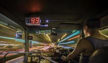 那夜淩晨,我坐上了開往時光隧道的紅Van