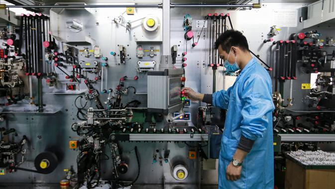 Karyawan saat bekerja di pabrik baterai di Huaibei, China (6/3). Industri metalurgi, permesinan, elektronik, dan makanan telah menghasilkan lebih dari 100 jenis produk yang telah mencapai atau mendekati level nasional atau internasional. (AFP Photo/STR)