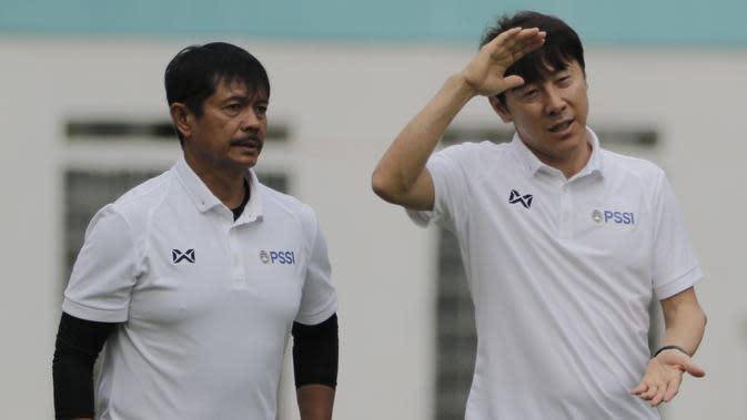 Manajer pelatih Timnas Indonesia, Shin Tae-yong, didampingi Indra Sjafri, saat sesi latihan di Stadion Wibawa Mukti, Cikarang, Senin (13/1/2020). Sebanyak 51 pemain mengikuti seleksi untuk memperkuat skuat utama Timnas Indonesia U-19. (Bola.com/M Iqbal Ichsan)