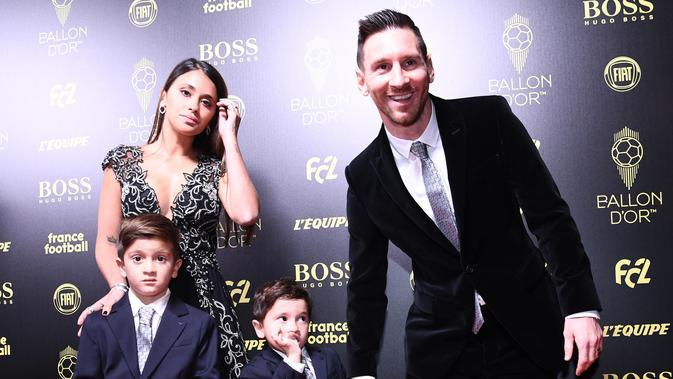 Lionel Messi bersama istri dan kedua anaknya saat penghargaan Ballon d'Or di Paris, Prancis, Senin (2/12/2019) waktu setempat. (AFP/Franck Fife)