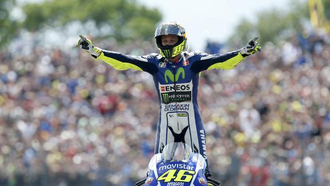 Selebrasi Valentino Rossi ketika merayakan kemenangannya dalam MotoGP di Sirkuit TT, Assen pada 27 Juni 2015. (AFP/ANP/Bas Czerwinski)
