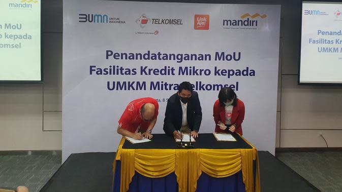 Direktur Utama Telkomsel Setyanto Hantoro, Wakil Direktur Utama Bank Mandiri Hery Gunardi dan Direktur Utama LinkAja, Haryati Lawidjaja saat penandatanganan nota kesepahaman terkait penyaluran kredit usaha pada UMKM (Foto: Telkomsel)