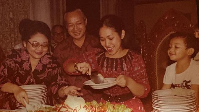 Titiek Soeharto menemukan potret saat ulang tahunnya yang ke-19 didampingi Pak Harto dan Ibu Tien (Dok.Instagram/@titieksoeharto/https://www.instagram.com/p/B-8rATsjFsv/Komarudin)