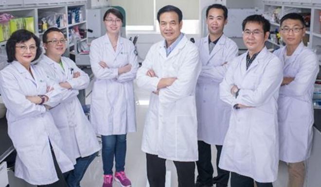 Li Xiaojiang (centre) with his team members at Jinan University in Guangzhou. Photo: Jinan University
