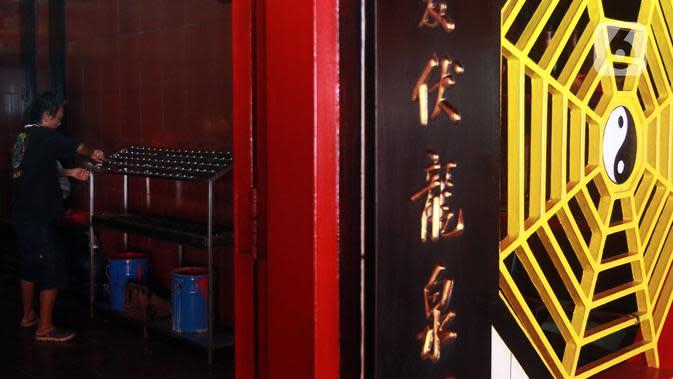 Warga Tionghoa merapikan Kelenteng Hian Thaian Siang Tee jelang perayaan Tahun Baru Imlek di Jakarta, Kamis (23/1/2020). Warga Tionghoa sibuk menghias dan membersihkan Kelenteng Hian Thaian Siang Tee jelang perayaan Tahun Baru Imlek 2020. (Liputan6.com/Johan Tallo)
