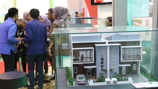 Pengunjung melihat maket rumah di pameran Indonesia Property Expo (IPEX) 2017 di JCC, Senayan, Jakarta, Jumat (11/8). Pameran proyek perumahan ini menjadi ajang transaksi bagi pengembang properti di seluruh Indonesia. (Liputan6.com/Angga Yuniar)
