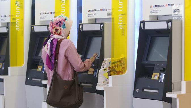 Pengunjung melakukan penarikan uang melalui ATM di kawasan Jakarta, Jumat (25/1). Hingga 2018 sendiri, kartu debit Mandiri yang beredar telah mencapai 18,7 juta keping. (Liputan6.com/Angga Yuniar)