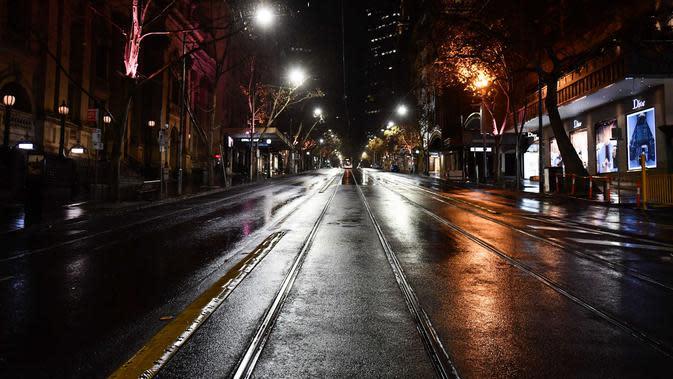 Situasi sebuah jalan saat penerapan jam malam di Melbourne, Australia (3/8/2020). Sementara ibu kotanya, Melbourne memasuki pembatasan Tahap 4 dengan aturan yang lebih ketat sebagai upaya untuk membatasi pergerakan masyarakat dan penyebaran COVID-19. (Xinhua/Bai Xue)
