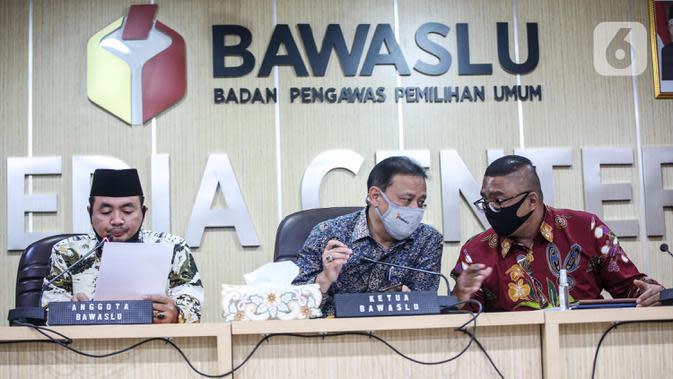 Ketua Bawaslu RI Abhan (tengah) saat menyampaikan keterangan pers di Kantor Bawaslu RI, Jakarta, Selasa (14/7/2020). Bawaslu menemukan 4.411 penyelenggara pemilihan dinyatakan tidak memenuhi syarat. (Liputan6.com/Faizal Fanani)