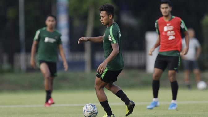 Pemain Timnas Indonesia U-22, Osvaldo Haay, mengontrol bola saat latihan di Lapangan F Senayan, Jakarta, Jumat (15/11). Latihan ini persiapan jelang Sea Games 2019 Filipina. (Bola.com/Vitalis Yogi Trisna)