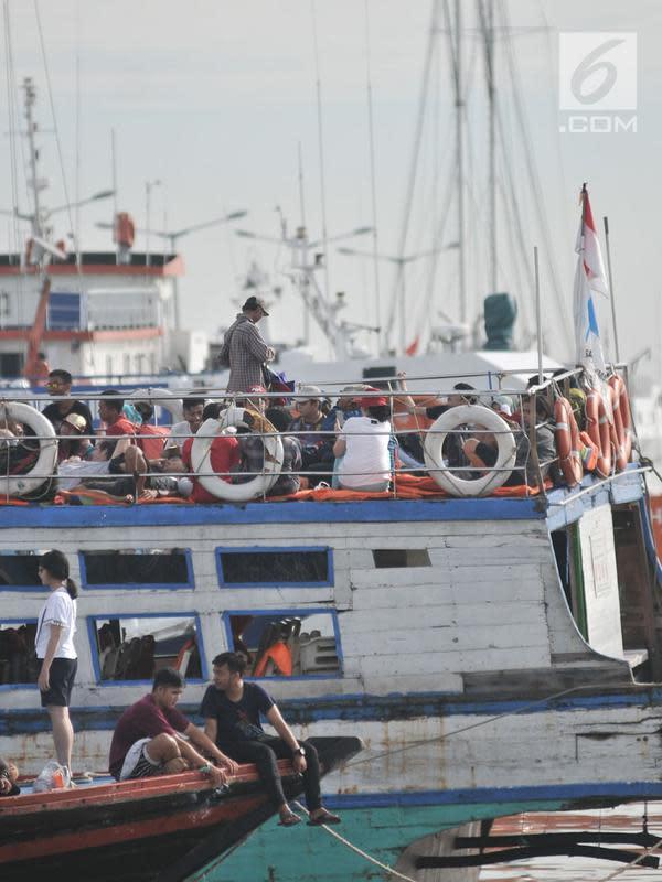Wisatawan menaiki kapal wisata Kepulauan Seribu di Pelabuhan Kali Adem, Muara Angke, Jakarta, Sabtu (28/4). Beberapa tempat wisata Kepulauan Seribu masih menjadi primadona bagi para wisatawan untuk mengisi libur akhir pekan. (Merdeka.com/Iqbal S. Nugroho)