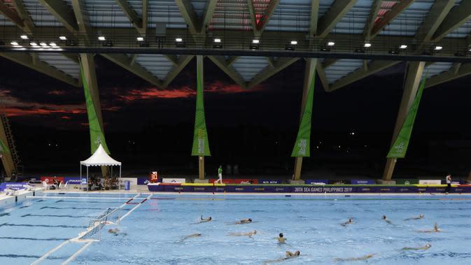 Suasana laga antara Indonesia melawan Malaysia pada cabang polo air SEA Games 2019 di Aquatic Center, Clark, Jumat (29/11). Indonesia berhasil meraih emas perdana dari cabang polo air. (Bola.com/M Iqbal Ichsan)