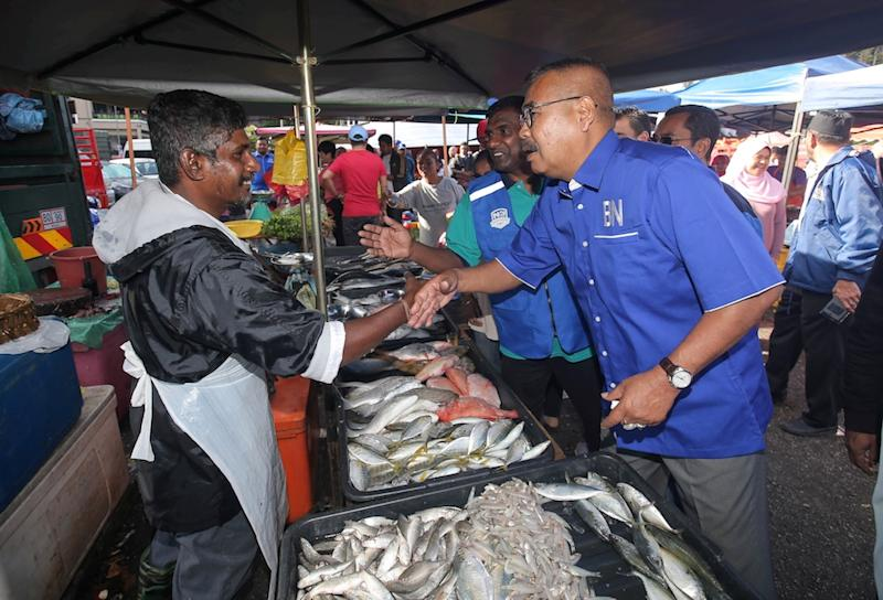 Barisan Nasional Cameron Highlands by-election candidate Ramli Mohd Noor greets a trader in Tanah Rata January 13, 2019. — Picture by Farhan Najib