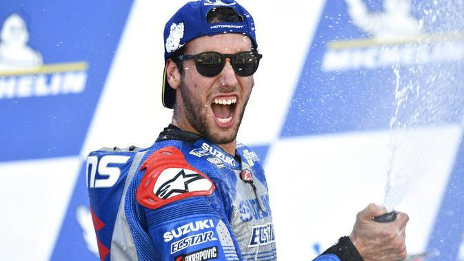 Pembalap Suzuki Ecstar, Alex Rins, melakukan selebrasi usai menjuarai balapan MotoGP Aragon, Spanyol, Minggu (18/10/2020). Alex Rins berhasil finis pertama dengan catatan waktu 41 menit, 54,391 detik. (AP Photo/Jose Breton)