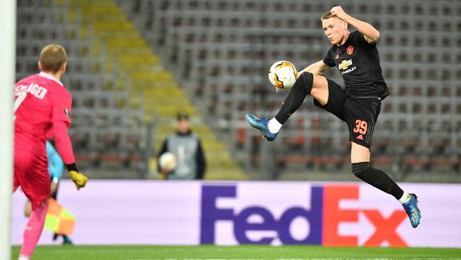 Pemain Manchester United (MU) Scott McTominay berusaha mencetak gol ke gawang LASK Linz pada leg pertama babak 16 besar Liga Europa di Linz, Austria, Kamis (12/3/2020). MU menang 5-0. (JOE KLAMAR/AFP)