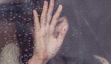 離奇!15歲少女返家玻璃門突炸裂...心臟遭「碎片插進」慘死