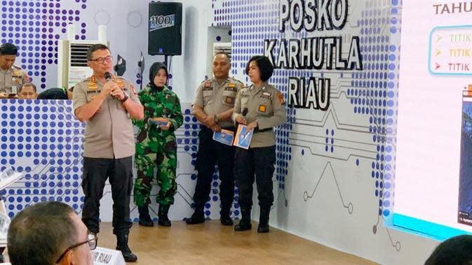 Kapolda Riau Irjen Agung Setya memaparkan cara kerja Dashboard Lancang Kuning mendeteksi kebakaran lahan.