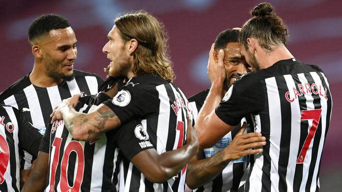 Para pemain Newcastle United merayakan gol yang dicetak oleh Callum Wilson ke gawang West Ham United pada laga Premier League di Stadion London, Minggu (13/9/2020). Newcastle United menang dengan skor 2-0. (Michael Regan/Pool via AP)