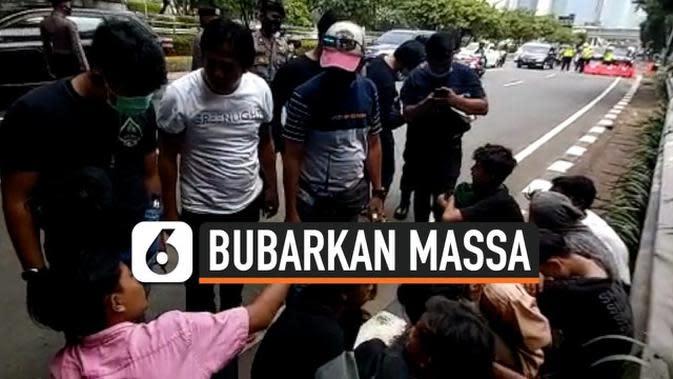 VIDEO: Polisi Bubarkan Massa di Sekitar Gedung DPR