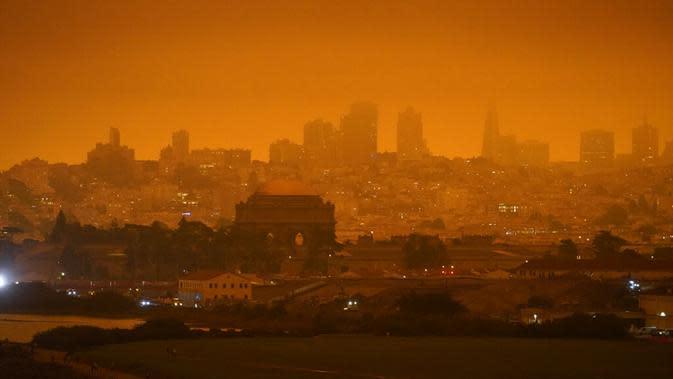 Pemandangan kabut asap yang menyelimuti San Francisco, Amerika Serikat, Rabu (9/9/2020). Kebakaran hutan di seluruh Barat mengakibatkan langit San Francisco hingga Seattle berwarna oranye yang menakutkan. (AP Photo/Eric Risberg)