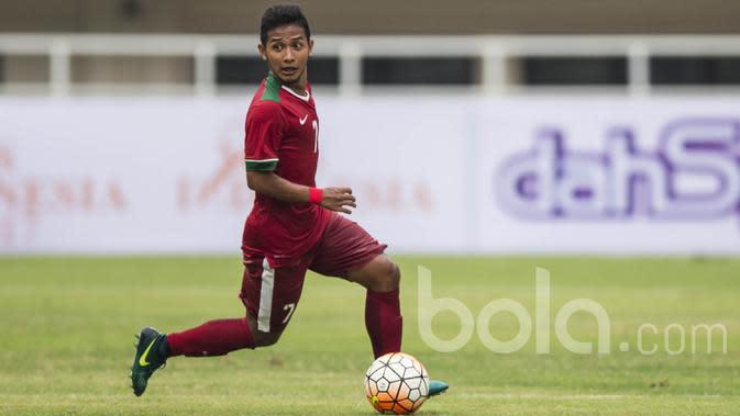 Gelandang Persib Bandung, Gian Zola, berusaha mencari rekannya untuk mengirim umpan saat uji coba melawan Myanmar. Pesepak bola 18 tahun ini bermain satu babak setelah digantikan oleh Evan Dimas. (Bola.com/Vitalis Yogi Trisna)
