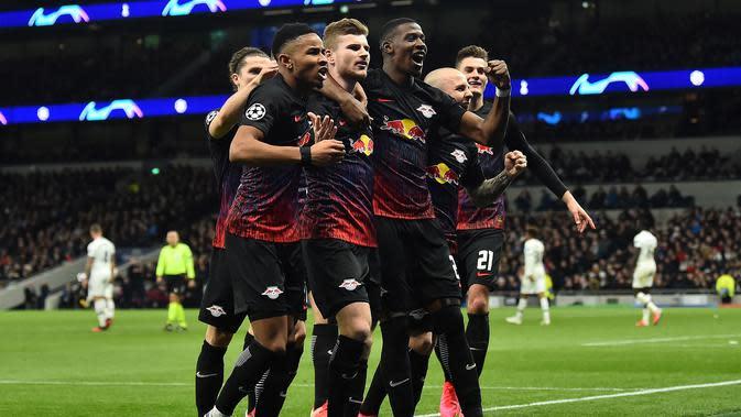 Striker RB Leipzig Timo Werner (tengah) menggelar selebrasi usai merobek gawang Tottenham Hotspur pada leg pertama babak 16 besar Liga Champions, Rabu (19/2/2020) atau Kamis dini hari WIB. (AFP/Glyn Kirk)