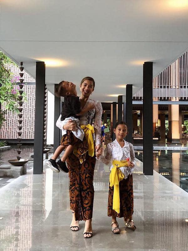 Apapun yang dilakukan Jennifer Bachdim juga selalu berhasil menarik perhatian. Salah satunya saat ia dan gadis kecilnya berbusana tradisional Bali. Mereka kompak memakai kebaya putih dan kain batik, serta dipadukan selendang kuning. (Instagram/jenniferbachdim)