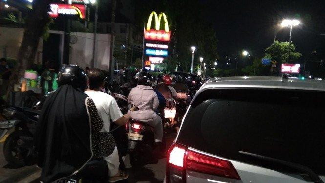 Antrean Kendaraan Mengular di McDonalds Salemba Raya